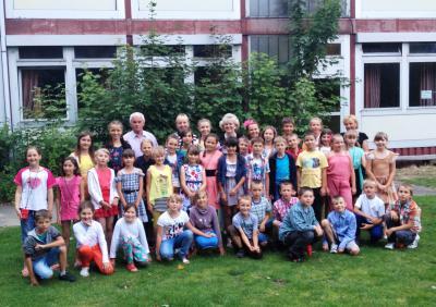 """Christel Petersen mit """"ihren"""" Kindern und Betreuern"""
