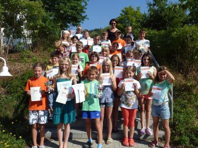 Foto zur Meldung: Die Grundschule ehrte die besten Sportler – Erstmals Fußballabzeichen überreicht