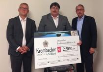 Uwe Köhler,Krombacher Verkaufsleiter (l.), überreichte an Ingo Jeschke und Stephan Goericke (r.) den Scheck