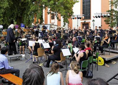 """Vorschaubild zur Meldung: Hunderte begeisterte Besucher bei """"Todo Latino"""" auf dem Kirchplatz"""