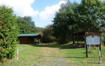 Das Eichenlaubdach wird im Sommer gerne von den Besuchern als schattenspendendes Bio-Sonnensegel aufgesucht