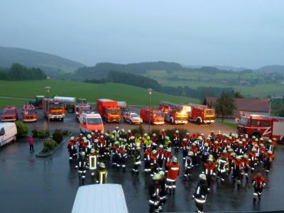 Foto zur Meldung: Großbrand einer Scheune beim Berggasthof – Faltbehälter mit 10 Kubikmeter Wasser kam zum Einsatz