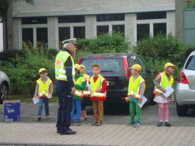 """Foto zur Meldung: Aktion unserer Erstklässler und der Polizei """"Tempo runter"""""""