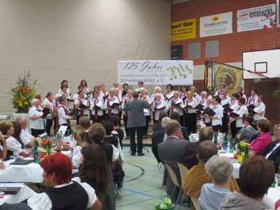 Foto zur Meldung: Frauenchor überbringt Glückwunsche zum Festkommers 125-Jahre-MGV