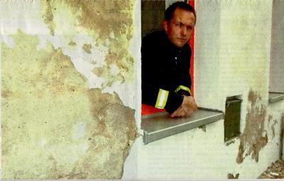 Foto zu Meldung: Bei der Feuerwehr schimmelt´s: Putz bröckelt vom Gerätehaus. Aufsteigende Feuchtigkeit bedroht Roskower Stützpunkt. Nach langem Tauziehen beginnt Sanierung.