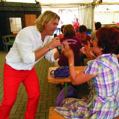 Foto zur Meldung: Stimmungskanone Rene Bluhm beim Oktoberfest in Großthiemig