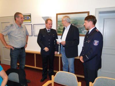 Foto zur Meldung: Scheck für die Neukalener Feuerwehr