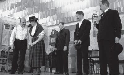 Schlimmes musste Thomas Mayr (links: Winfried Geier) über Magdalena (Yvonne Wieland) erfahren. Bauerssohn Martin Lecher (Daniel Geier, Mitte), Nachbar Johann Plank (Claus Schwerdle, Zweiter von rechts) und Bürgermeister Jakob Moosrainer (Egon Klatte, rech