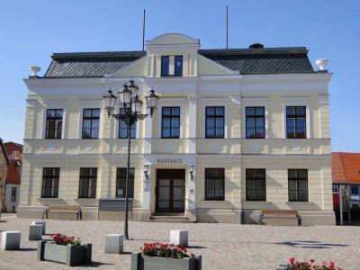 Foto zur Meldung: Das Rathaus glänzt im neuen Anstrich