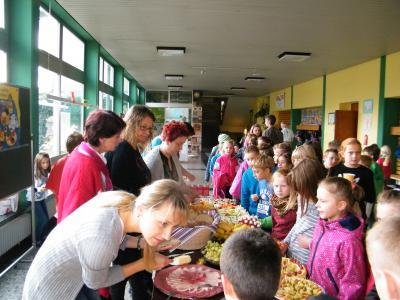 Foto zu Meldung: Gesundes Frühstücksbüffet für die Röslauer Grundschüler