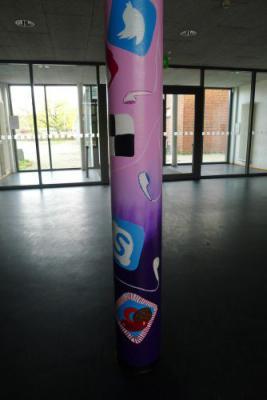 Vorschaubild zur Meldung: Säulengestaltung durch den Kunstkurs