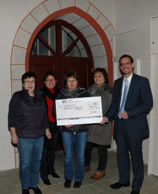 Vorschaubild zur Meldung: Ortskirchenvorstand Oberzell / Züntersbach spendet 400 Euro vom Café Kontakt