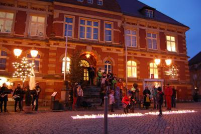 """Foto zur Meldung: Kinder überraschen mit Kerzenbild zum Calauer Großmarkt - Aktion: """"Es weihnachtet sehr"""""""