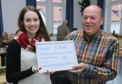Unser Foto von der Spendenübergabe zeigt Stefanie Hübner, die 2. Vorsitzende des Kulturvereins Dorfzentrum Crumstadt e.V. und Klaus Bitsch vom Förderverein für Heimat und Geschichte Crumstadt. (Foto: haza-foto.com)