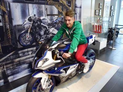 Foto zur Meldung: Besuch des BMW Motorradwerks in Berlin Spandau mit Schülern der Klasse KFZ 2