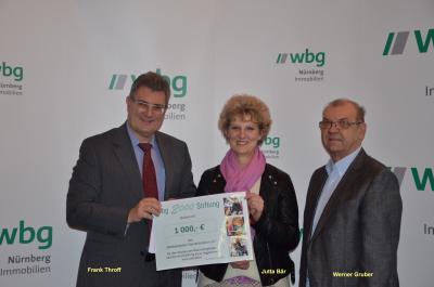 v.l. Frank Thyroff, Vorstandsvorsitzender der wbg 2000 Stiftung; Jutta Bär und Werner Gruber, Vorsitzende Waldspielplatz Steinbrüchlein e.V.