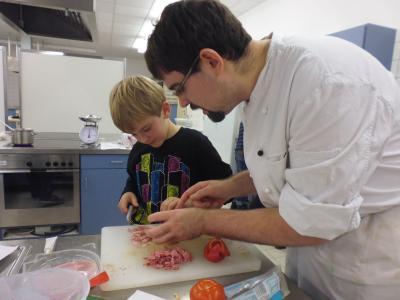 Foto zur Meldung: Weihnachtsbäckerei mit Grundschülern