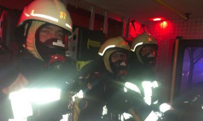 Der Angriffstrupp hat sich mit Atemschutzgeräten ausgerüstet