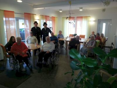 Foto zu Meldung: Bürgermeister Andreas Eckl mit seinem Bruder als Glücksbringer bei den Senioren