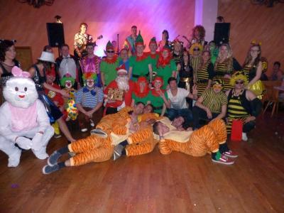 Foto zur Meldung: Ein voller Kerschersaal mit bunten Kostümen