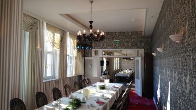 Hotel Suites Dresden in Mitten der zwei Tafeln PartySoundExpress - Hochzeitsdisko