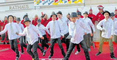 Foto zur Meldung: Partyhungrig: Karnevalisten rocken noch einmal den Saal