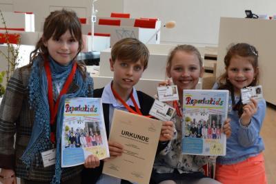 Foto zu Meldung: Reporterkids im Schülerzeitungswettbewerbes 2014/15 im Landtag ausgezeichnet