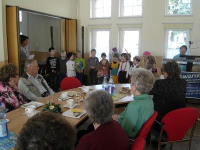 Foto zur Meldung: Kita-Gesang beim Seniorengeburtstag