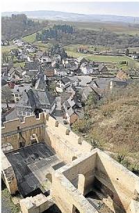 Foto zur Meldung: Ortsgemeinde: Bleierne Krone für Burg Schwalbach