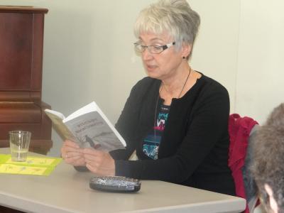 """Foto zu Meldung: Eher fröhlich als traurig Die Autorin Christl Damerow las im Wusterhausener Literatur-Café aus ihrem Buch  """"Bittersüßer Nachtschatten"""""""