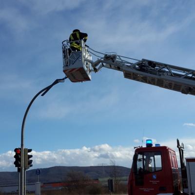 Foto zu Meldung: Technische Hilfeleistung - Ampel droht abzustürzen