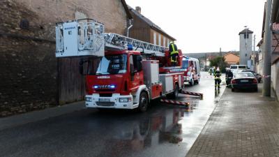 Foto zur Meldung: Technische Hilfeleistung - Dach droht auf Gehweg zu stürzen
