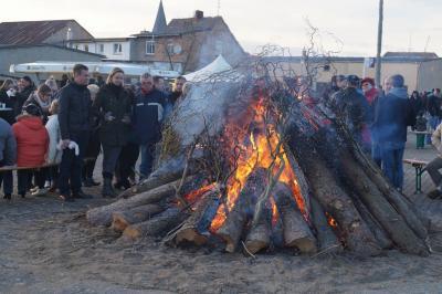 Foto zur Meldung: Feuerwehr entzündet riesiges Osterfeuer