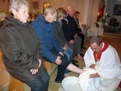 Foto zur Meldung: Symbolhandlung zu Beginn der drei österlichen Tage - Entblößung des Altars, als Zeichen der Trauer