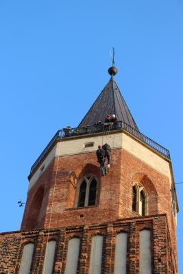 Foto zur Meldung: Übung nach Ostern: Höhenrettung auf dem Kirchturm der Stadtkirche