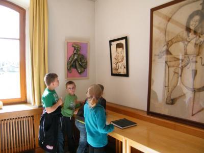 """Foto zu Meldung: 3. Klasse besucht die Kunstausstellung des Künstlers """"Bill Adam"""" im Bürgerhaus"""