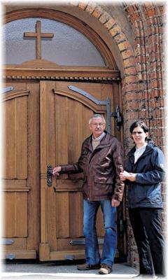 Foto zur Meldung: Wie Neukalens Kirche zu einer neuen Tür kam