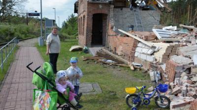 Foto zur Meldung: Groß Laasch - Vor Trümmern nach dem Tornado (SVZ 07.05.2015)