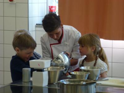 Foto zur Meldung: Kochazubis kochen mit Kitakindern