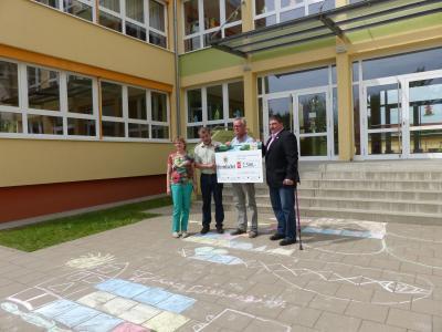 Vorschaubild zur Meldung: Spende für Schulprojekte