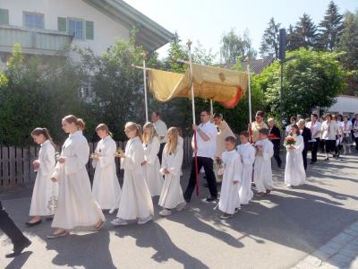Foto zur Meldung: Feierliche Fronleichnamsprozession mit Pfarrer Drexler und Diakon Josef Aigner
