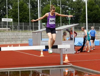 Simone Schmiedchen bei ihrem ersten Start über 3000m Hindernis ...