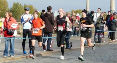 Jens Weickert (Mitte ..0072) beim Halbmarathon
