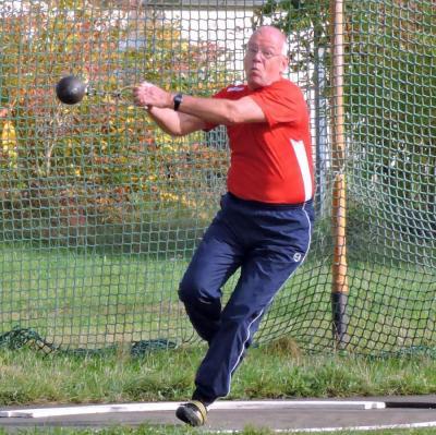 Werner Witschetzky (hier beim Gewichtwurf) erzielte beim Hammerwurf einen neuen Kreisrekord der M70