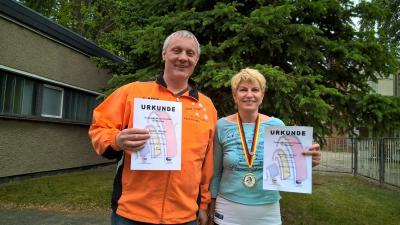 Michael Gätzer und Margot Schukies mit Urkunden und Medaille