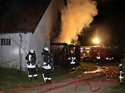 Vorschaubild zur Meldung: Nächtliches Großfeuer am Großensee: Alter Tanzsaal in Vollbrand