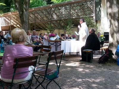 Ökumenischer Gottesdienst im Biergarten