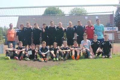 Foto zur Meldung: C-Jugend der SG Wiesmoor nach der Meisterschaft auch Kreispokalsieger!