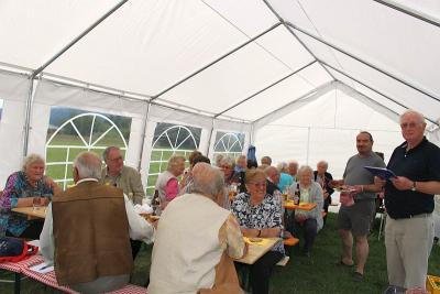 Foto zur Meldung: Grillen bei den Senioren