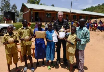 In Cyamatare: Übergabe der Geschenke für die Partnerschule